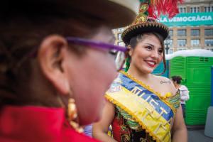 Bolivianas en las fiestas de la Mercè de 2017. La diversidad y la heterogeneidad de la América Latina se reproducen en las comunidades procedentes del otro lado del Atlántico: no existe un único perfil latinoamericano, sino una multitud. Foto: Pere Virgili